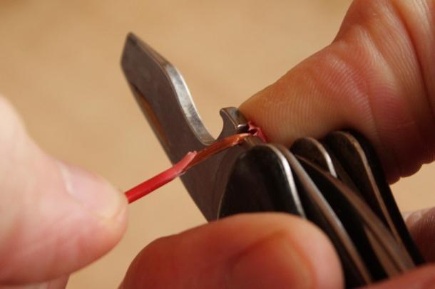 Как зачистить провод с помощью строительного ножа